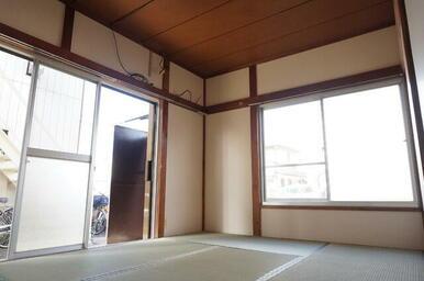 窓が2つ、二面採光で明るいお部屋です