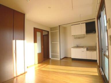 【洋室】南側に面したお部屋です♪ このお部屋の収納は天井近くまで高さのあるクローゼットです!! 衣装