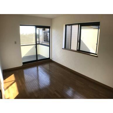 洋室 2Fの全居室からバルコニーへ出入り可能です。