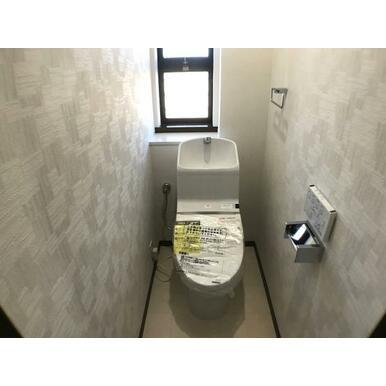 トイレ ペーパーホルダーやタオル掛けも標準装備。