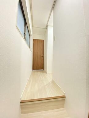2階廊下の様子です。ここに屋根裏収納もあります。