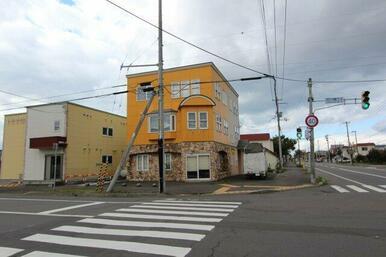 若葉通りと花川南3条通りの交差点角地