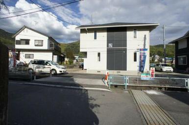 建物西側より◆物件の北側(201号室)と南側(101号室)が駐車スペースです。