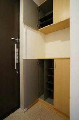 上下に分かれたシューズBOXは収納力があります。棚の高さも変えられるため、ブーツなどの収納も可能です