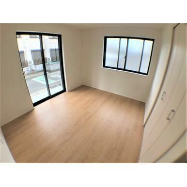 【洋室】窓からのやさしい光が心地よいプライベートルーム