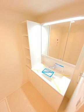 広々とした洗面室で快適に身だしなみを整えられます!