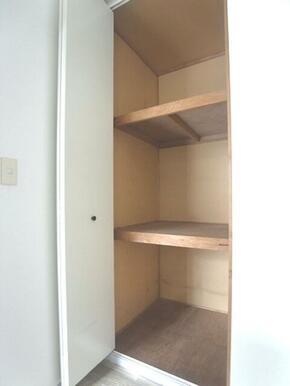 【収納】お部屋の収納はクローゼットです☆天井近くまで高さがあり上下にたっぷり収納できます♪