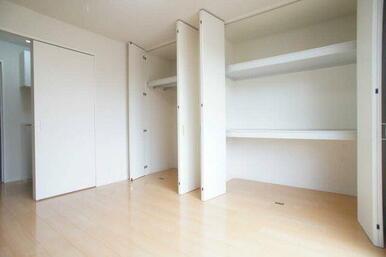 6.3帖洋室には2種類の収納がございます。たっぷり収納なので、お部屋を広くお使い頂けます!