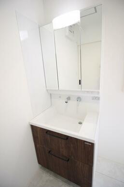 豊富な収納力も兼ね備えた洗面化粧台