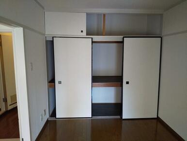 4.5帖洋室にはたっぷり収納スペースが御座います♪