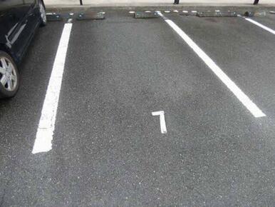 駐車場は敷地内に1台無料です