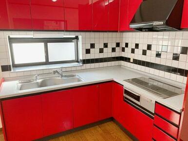 インパクトがある赤色のL字型キッチン♪
