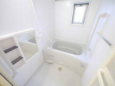 換気と採光を考慮した小窓付きの明るく、清潔感あるバスルーム♪明るい雰囲気の浴室は一日の疲れを癒やして