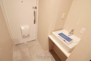 玄関には洗面所が設置されているので、帰宅後すぐに手洗いが出来ます!お家に中に汚れを持ち込まず手洗い…