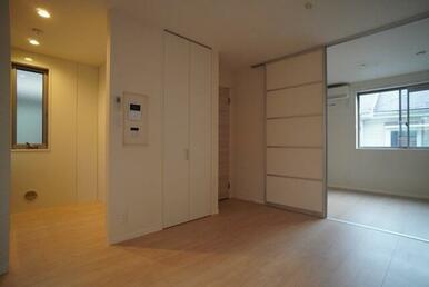 【LDK】10.3帖のお部屋です☆ 洋室との扉は開放して広くご利用頂く事が可能です♪