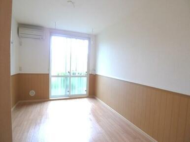 【洋室】南側の洋室です☆前面にスペースがあるため日当たりも良いです☆