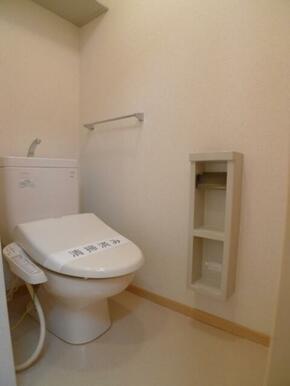 【トイレ】トイレには洗浄機能付き便座を設置!! ツールボックスや上部棚、タオルハンガーを設置しており