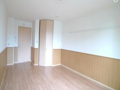 【洋室】南側の洋室です☆こちらのお部屋にはWICがございます♪キッチンとの仕切りがありますのでプライ