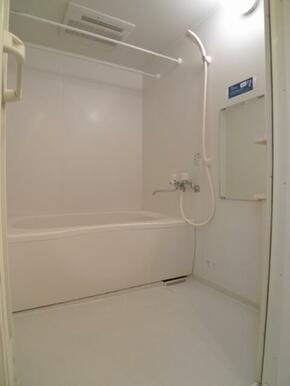 【浴室】浴室には乾燥機が付いております☆衣類の乾きにくい梅雨時や花粉の多い時期はココへ衣類を干す事が