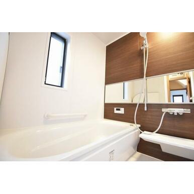ワンタッチでお湯張りや追焚が出来るオートバス。足を伸ばせる浴槽で1日の疲れも快適に癒せます