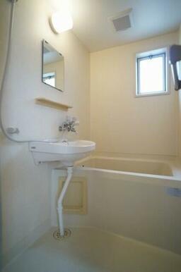 窓があり、明るい浴室です☆また、洗面台上には鏡が付いており、重宝します♪