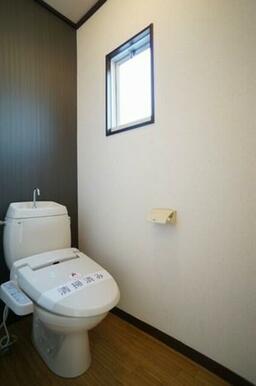 あると便利です!洗浄機能付便座♪棚があり、重宝します♪