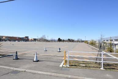 三井アウトレットパークの駐車場目の前になります。