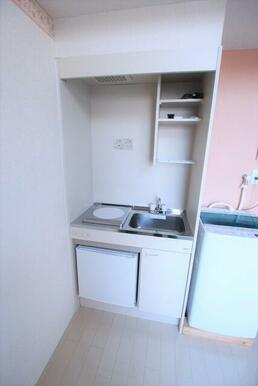 ミニ冷蔵庫・1口コンロ付のキッチン※洗濯機は残置物です。設備保証ありません。