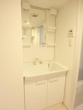 朝の支度に便利な洗髪洗面化粧台