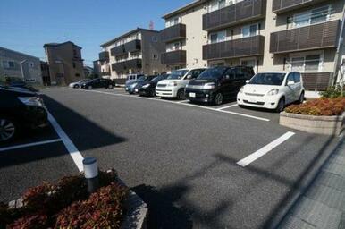 駐車場は、アスファルト舗装済☆雨の日・風の日車が汚れにくく車好きの方には嬉しいですね♪