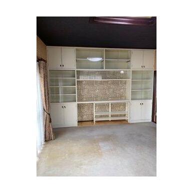 1階10帖洋室。壁一面に本棚があり、書斎や仕事部屋としても使用できますね!