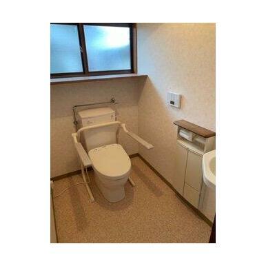 車いす対応トイレになっています!ひじ掛けは上下するので使用しないときは上げて使えます。