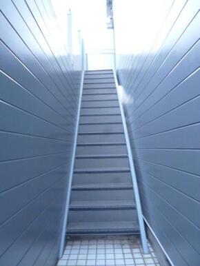 2階への階段部分です