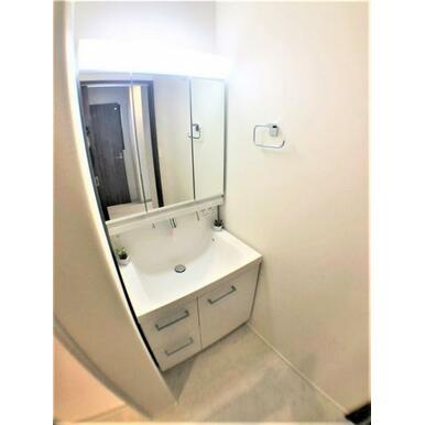 【洗面台】大きくて見やすい3面鏡で身支度もばっちり!