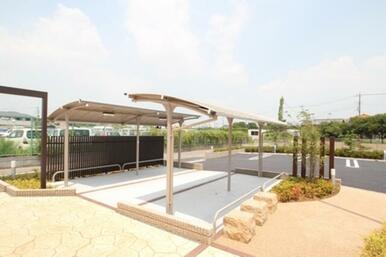 屋根付駐輪場・ペット足洗い場をご用意しております。