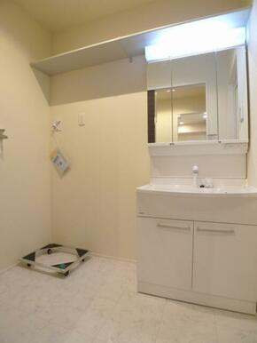 洗面脱衣所☆ハンドシャワー付き洗髪洗面化粧台♪その左が洗濯機置き場◎上部の棚はお掃除道具置き場などに