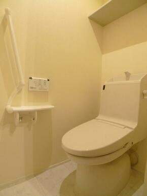 トイレ☆洗浄暖房機能付き便座♪上部の棚は予備ペーパー置き場などにご利用下さい