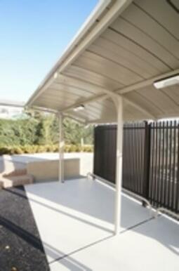 物件専用の駐輪場は頑強な屋根付きです
