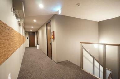 ホテルのような屋内共用廊下 2F