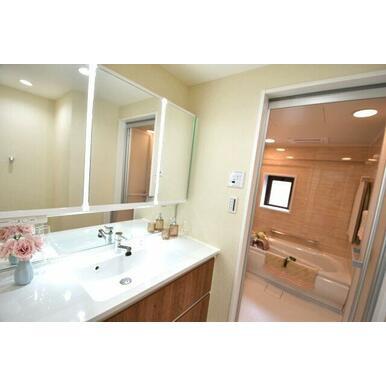 くもりシャット付きの三面化粧台。洗髪用のシャワーが付いており、浴室に入らずに洗髪ができるのはもちろん