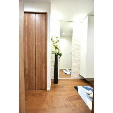 お部屋の第一印象を決める玄関も明るくオシャレな造りになっています。 全身鏡があるので外出時の身だしな