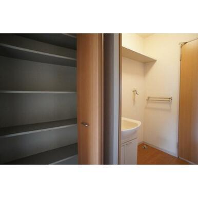 玄関収納はもちろん、廊下にも収納があり便利です。