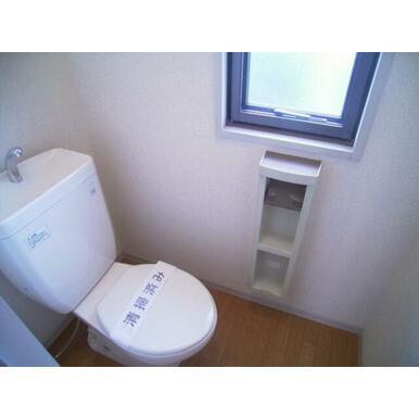 トイレには窓が付いていて明るく換気もしやすいです。