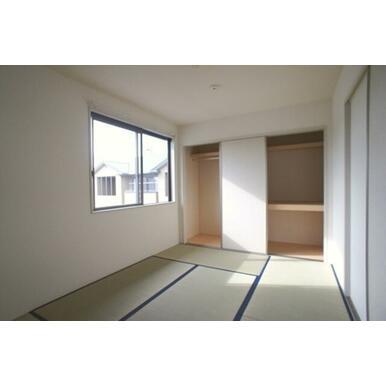 和室には奥行きのある2種類の収納が付いています。