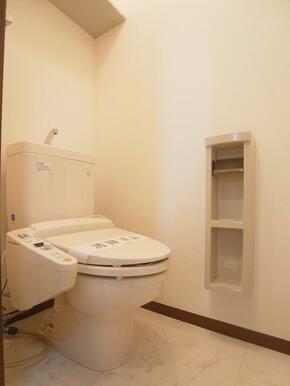 【トイレ】トイレには洗浄機能付き便座を設置!!ツールボックスや上部棚を設置しております♪