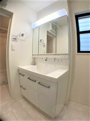 【洗面台】収納豊富な三面鏡♪つなぎ目のないカウンターでお手入れ楽々♪