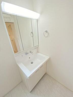 収納付き三面鏡が設置されている洗面台