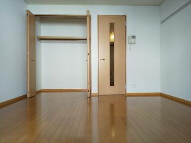 洋室には収納スペース付・お部屋を広く使えます★
