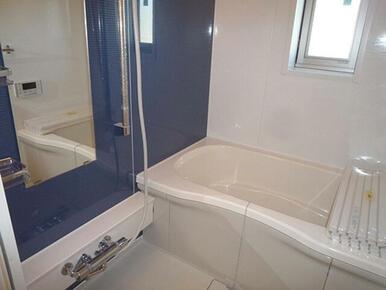 浴室暖房乾燥機付きのおしゃれな浴室です。冬場でも快適な入浴タイムが楽しめます。