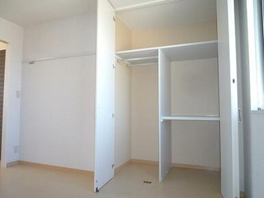北側の洋室の収納も豊富です。